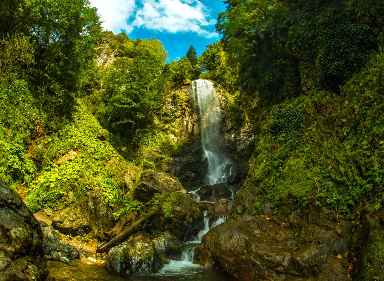 Зелене озеро і водоспад Махунцеті